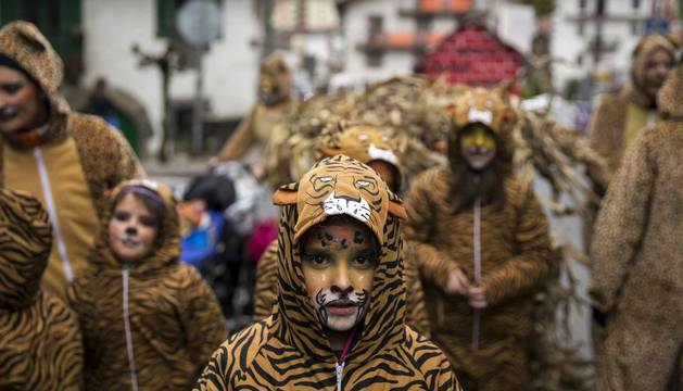 Decenas de vecinos festejaron el carnaval en Leitza con carrozas y un desfile callejero repleto de color