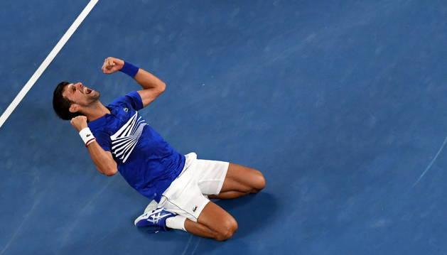 Foto de Djokovic se proclama campeón del Open de Australia tras ganar a Nadal en la final.