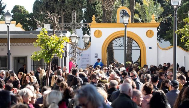 Cientos de personas acuden este mediodía a dar su último adiós a Julen.
