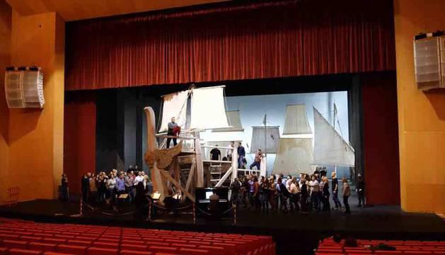 El tenor Gregory Kunde, subido a la proa del barco durante uno de los ensayos de Otello. Sobre el escenario, los integrantes del Coro de la AGAO.