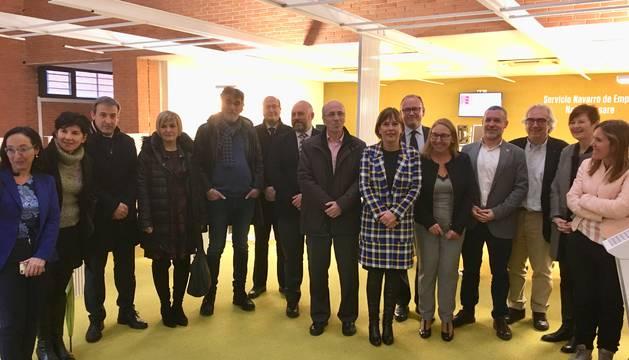 La Presidenta Barkos y el resto de autoridades posan con los trabajadores del centro Iturrondo.