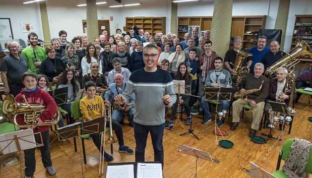 En primer plano, Javier Solano Mendiola, director de la banda de música de Viana, con los intérpretes y el coro de cantores de la localidad en un ensayo previo a San Felices.