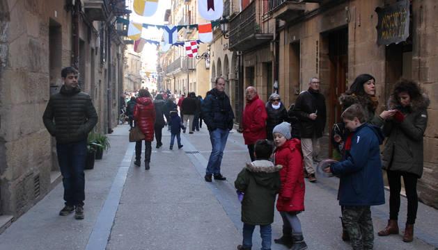 La calle Mayor de Viana ya engalanada con banderas y pendones.