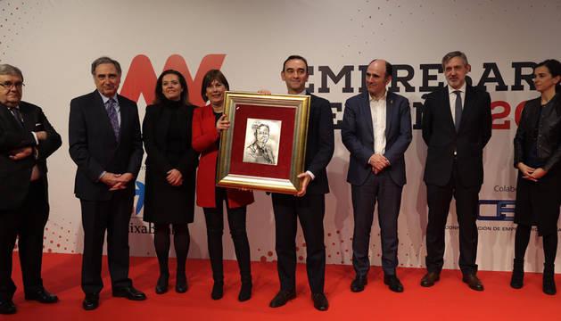 Santiago Sala, director general de Grupo Apex, Premio Empresario del Año, con su galardón, junto a Barkos y otras autoridades.