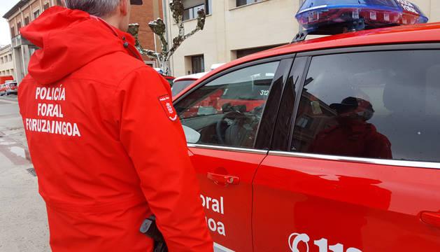 Cinco detenidos por intentar derribar la puerta de una casa en Peralta con el dueño dentro