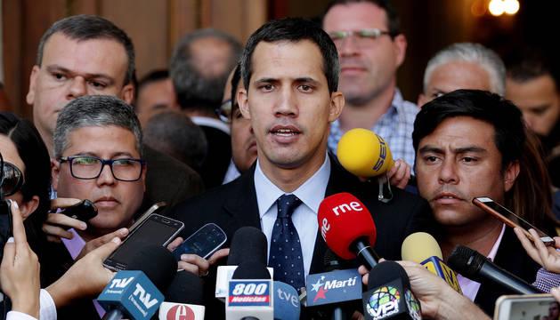 El presidente de la Asamblea Nacional, Juan Guaidó, habla con los medios este martes en la sede del Parlamento.