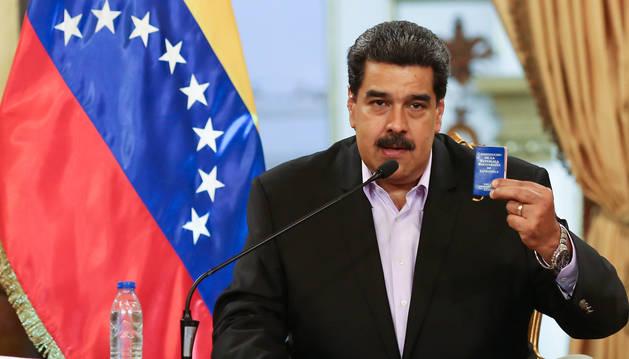 Maduro sostiene una Constitución de Venezuela en un encuentro con el cuerpo diplomático en el Palacio de Miraflores.