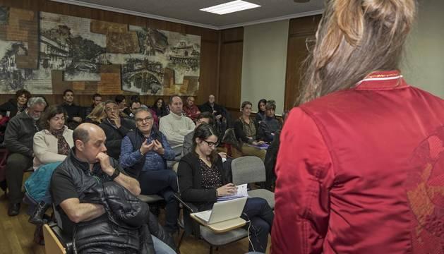 Los comerciantes que acudieron a la convocatoria en el salón de plenos escuchan las respuestas de la edil Marta Astiz.