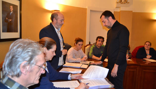 El nuevo concejal, Juanjo Ezquerro Puerta, en el momento de jurar su cargo.