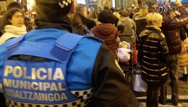 Imagen de un agente de la Policía Municipal durante la noche de este jueves.