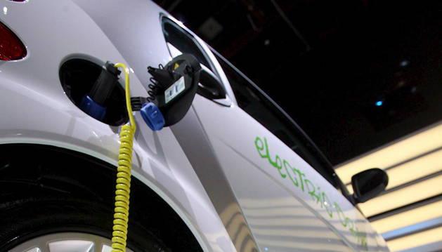 Imagen de archivo de un coche eléctrico en un punto de recarga.