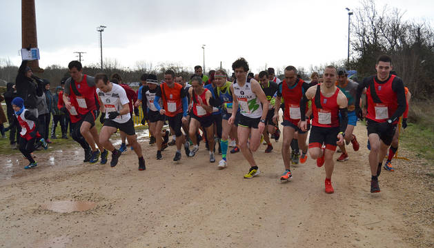 Los corredores del cross de San Blas de Lodosa  en el momento de la salida.