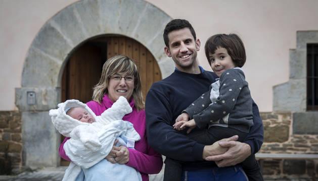 Raquel Ituren Mendióroz con el pequeño Aiur en brazos; su marido José Luis Eslava Iriarte y la hija mayor, Aiora.