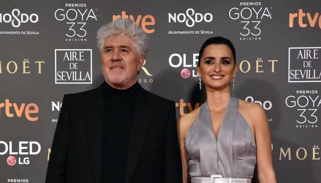 Los primeros invitados a la 33 ceremonia de los Premios Goya han comenzado a llegar a la alfombra roja del Palacio de Exposiciones y Congresos de Sevilla (FIBES) hacia las 18.20 horas de este sábado 2 de febrero