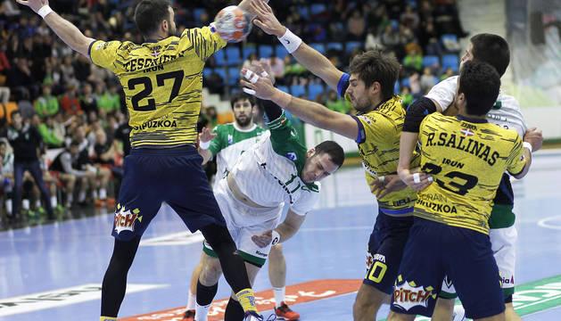 Mladen Krsmancic busca el lanzamiento entre tres defensores del Bidasoa