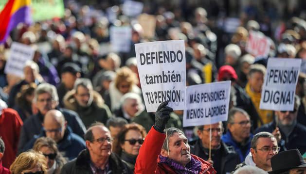 Imagen de una parte de la manifestación para protestar contra los recortes en pensiones y por la defensa del sistema convocada por la Coordinadora Estatal por la Defensa del Sistema Público de Pensiones.
