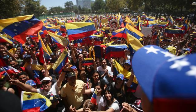 Fotos de Ciudadanos venezolanos y simpatizantes participan en una manifestación en contra del presidente de Venezuela, Nicolás Maduro.