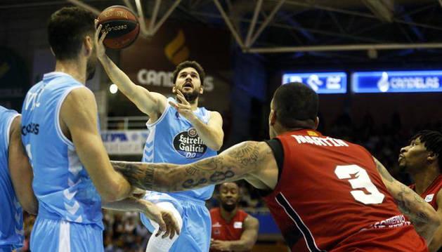 El base Úriz, con el balón ante el Tecnyconta Zaragoza, en Lugo, antes de la segunda lesión.