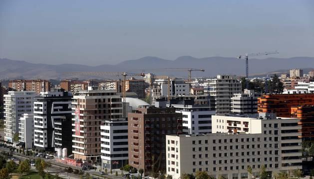 Foto de bloques de viviendas nuevas en Lezkairu, Pamplona, algunos ya terminados y otros en construcción.