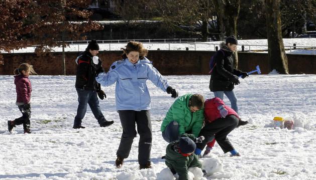 La Vuelta del Castillo de Pamplona fue ayer por la mañana de juegos familiares sobre la nieve.
