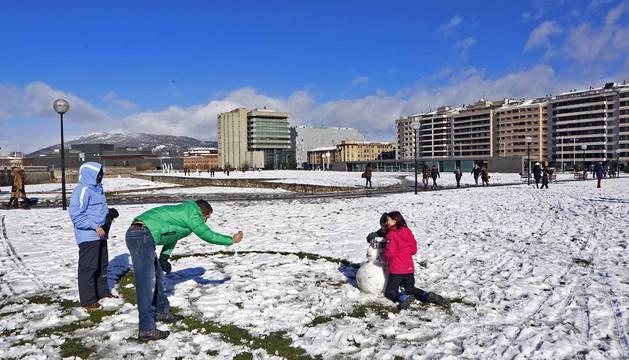 La nieve ha teñido de blanco las calles de Pamplona y de la Comarca este domingo 3 de febrero