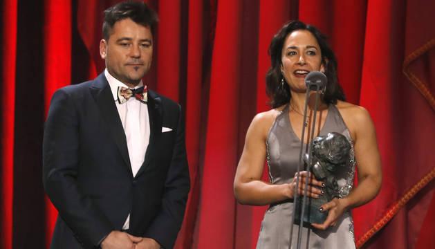 Raúl de la Fuente y Amaya Remirez, tras recibir el galardón a Mejor película de animación por
