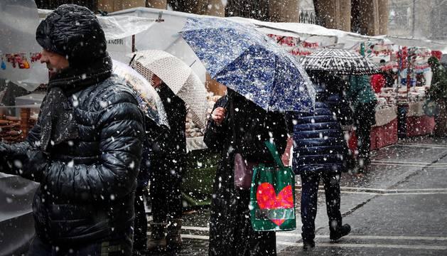 Animación en el mercadillo de San Blas de Pamplona, pese a la nieve y el frío