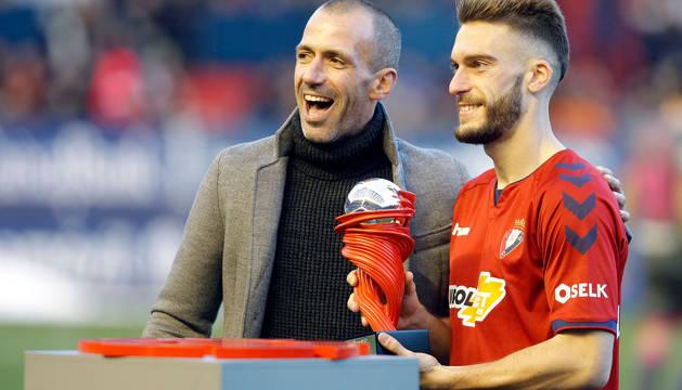 """El domingo, Patxi Puñal entregó a Roberto Torres el trofeo de mejor jugador de enero de Segunda que otorga la Liga. El gran capitán fue coreado al grito de """"No podrán parar a Patxi Puñal""""."""