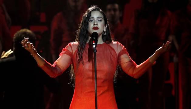 Foto de la cantante Rosalía durante su actuación en los Premios Goya 2019.