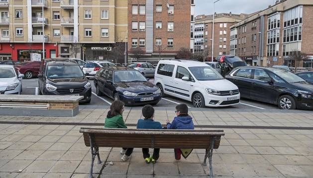 Foto del aparcamiento junto a ikastola, de estacionamiento libre y ya con las rayas pintadas de blanco.