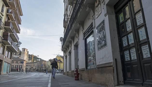 La calle Sancho Ramírez, en salida al puente del Azucarero con San Pedro de la Rúa y el barrio monumental al fondo.