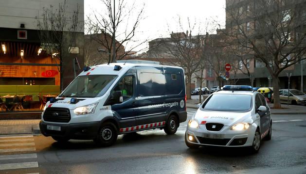 Los detenidos por la presunta violación múltiple de una joven de 18 años en Sabadell (Barcelona) llegan en un furgón de los Mossos d'Esquadra a los juzgados de Sabadell.