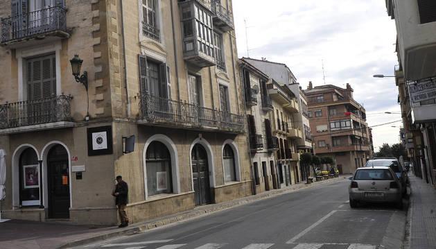 Vista de la calle Irurzun donde hay varias luminarias.