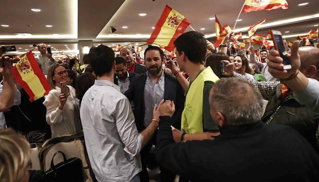 Seguidores de Vox reciben a Santiago Abascal a su llegada al acto en Pamplona.
