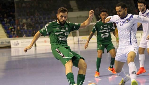 Rafa Usín, jugador de CA Osasuna Magna, pugna el balón ante Attos, de O Parrulo Ferrol.