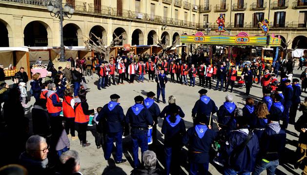 Más de treinta tamborileros, junto a los txistularis, participaron en la tamborrada.