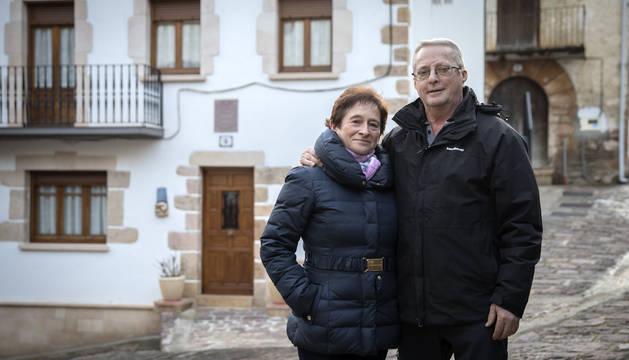 Foto de Mariasun Larrea y Martín José Vizcay frente a su casa, Carnicero. Detrás, Gortari, donde nació él.