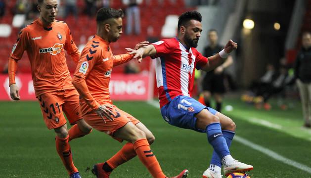 Clerc y Rober Ibáñez, que debutaba como titular en su vuelta al equipo, presionan al jugador del Sporting Ivi.