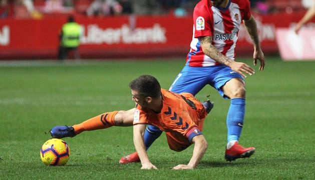 Oier Sanjurjo, autor del primer gol de Osasuna, rebaña el balón en presencia de Aitor García.