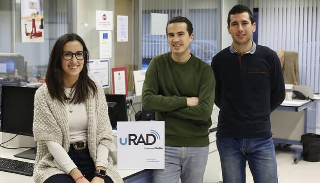 Foto de la tudelana Itziar Maestrojuan Biurrun, el villavés Diego Gastón Beraza y el marcilles Víctor Torres Landibar, creadores de uRAD.