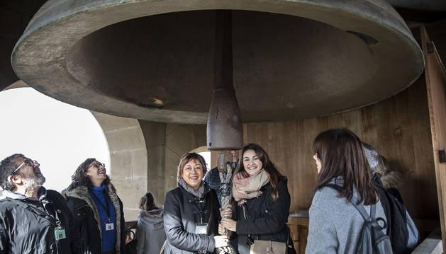 Los visitantes de este sábado bajo la campana María, en lo alto de la catedral.