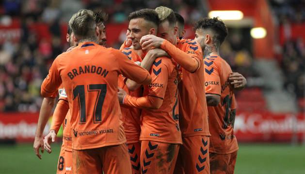 Los jugadores de Osasuna celebran el segundo gol en Gijón, obra de Roberto Torres.