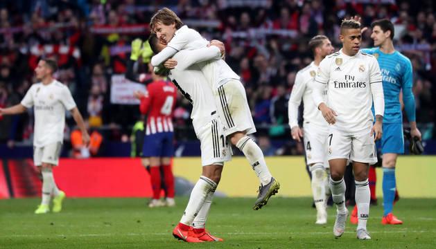 Casemiro celebra la victoria con Modric.