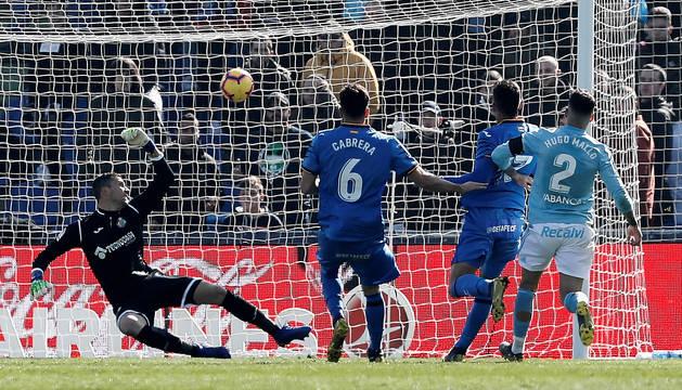 Hugo Mallo marca un gol que el VAR posteriormente anuló por fuera de juego.