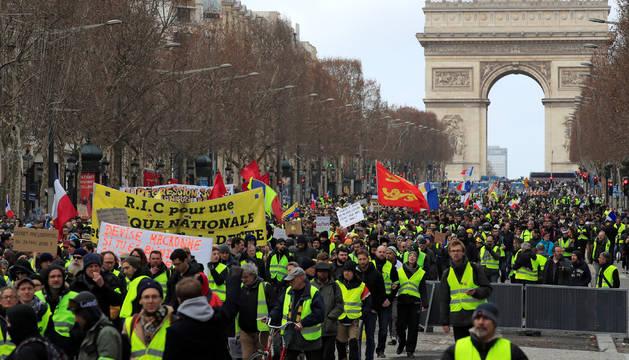 Foto de cientos de 'chalecos amarillos' han tomado el centro de París.