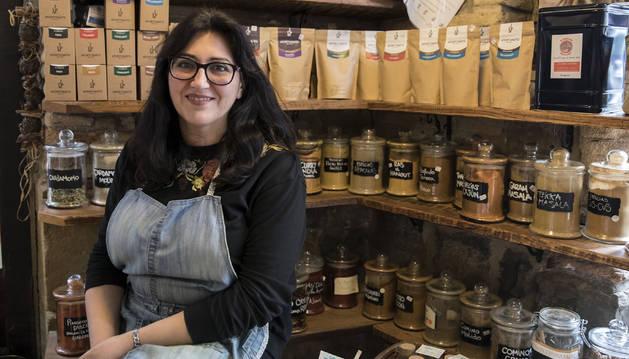 Sonia Mérida Martín en uno de los rincones de las especias y de té en su tienda Especialité.