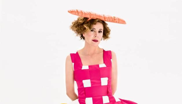Ágatha Ruiz de la Prada, con uno de sus originales vestidos llenos de color.