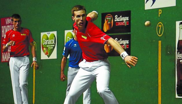 Iñaki Artola le suelta a la pelota durante el partido de ayer en el Ogeta, en el que ganaron los colorados.