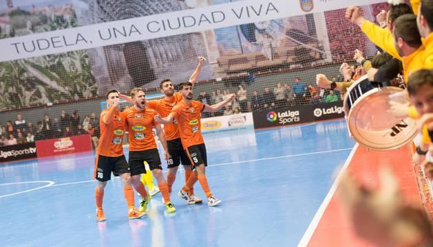 Varios jugadores del Aspil-Vidal celebran el gol de Lemine con la afición.