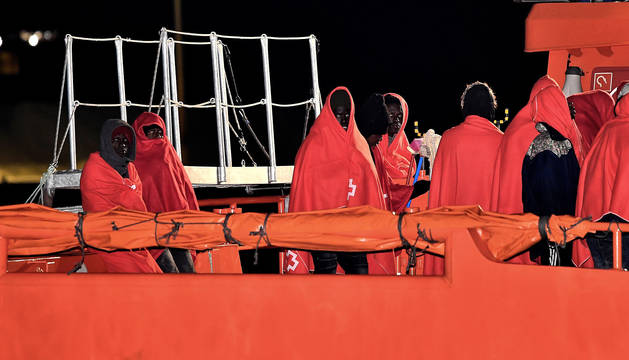 Llegada al puerto de Almería de varios inmigrantes rescatados por la Guardia Civil cuando navegaban en una patera en aguas de Alborán.